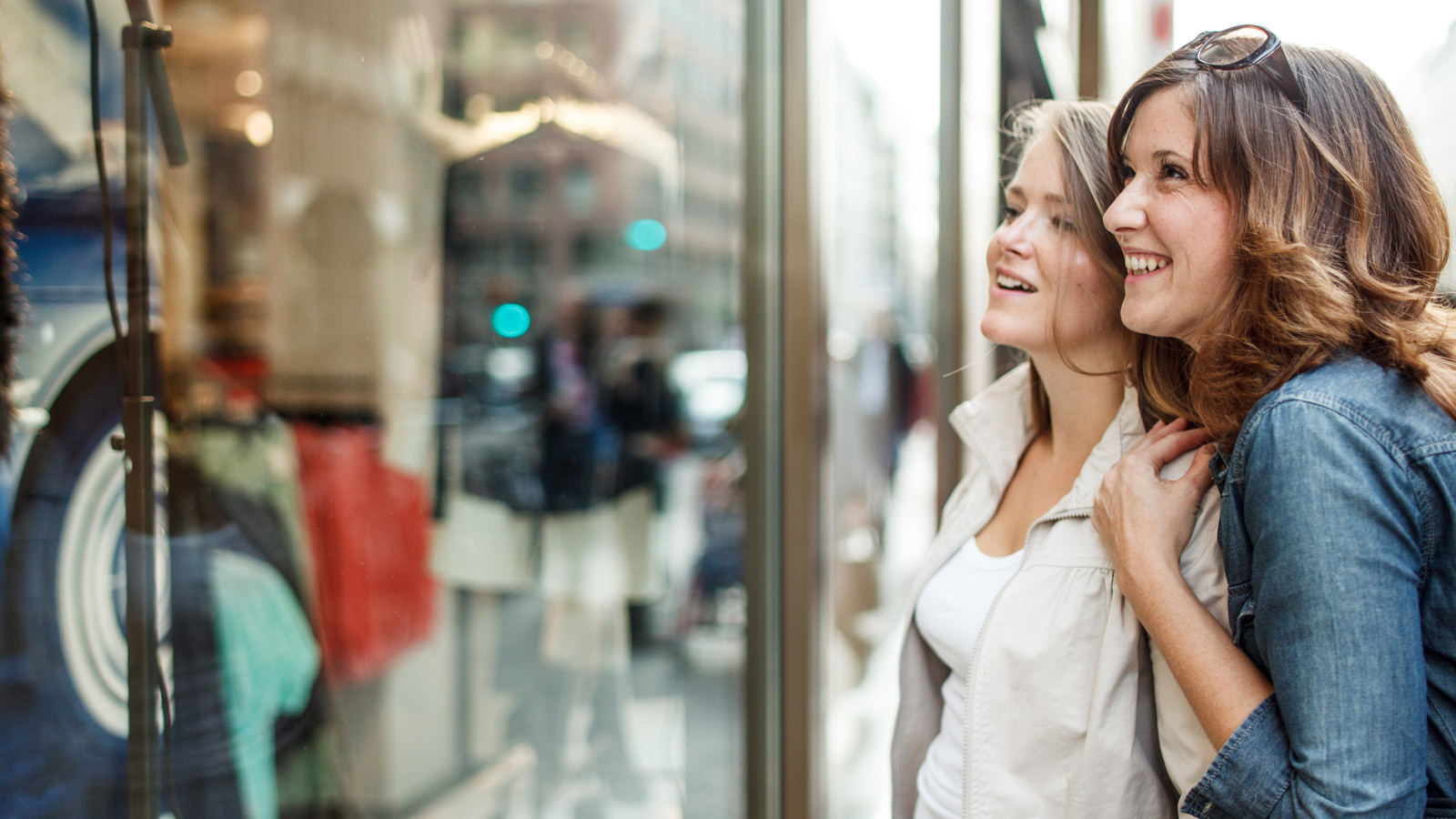 women-window-shopping-1600x900